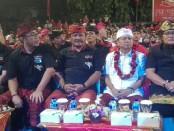 Calon Gubernur Bali I Wayan Koster bersama ketua tim pemenangan provinsi Bali, I Nyoman Giri Prasta beserta sejumlah tokoh menghadiri deklarasi warga Kalurahan Ubung - foto: Koranjuri.com