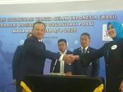 Buyung Kelana Pengurus POSSI memberikan Selamat Atas terpilihnya Tri Suswati sebagai Ketua Umum WASI - foto: Bob/Koranjuri.com