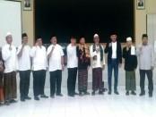 Bupati Purworejo, Agus Bastian  bersama para tokoh lintas agama dan masyarakat, saat deklarasi menolak isu hoax dan sara, Jum'at malam (9/3) - foto: Sujono/Koranjuri.com