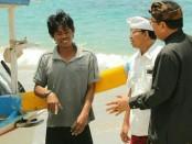Calon Gubenur dan Wakil Gubernur Bali nomor urut 1, Wayan Koster-Tjok Oka Artha Ardhana Sukawati (Koster-Ace) menyempatkan diri berdialog dengan nelayan di Pantai Prasi (Virgin Beach) di Desa Adat Bugbug, Kabupaten Karangasem - foto: Istimewa