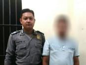 TC, oknum karyawan KSP Multi Artha yang diduga menggelapkan uang nasabahnya, saat ditahan di Mapolsek Gombong - foto: Sujono/Koranjuri.com