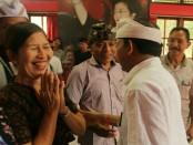Cagub nomer urut 1, I Wayan Koster berdialog dengan pengrajin di Karangasem - foto: Istimewa