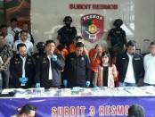 Subdit 3 Resmob Dit Reskrimum Polda Metro Jaya menangkap 5 pelaku skimming berinisial FH warga negara Hungaria, IRL, LMN dan ASC warganegara Romania, serta MK wanita asal Indonesia - foto: Bob/Koranjuri.com