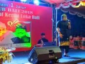Ketua tim pemenangan pasangan Koster-Ace provinsi Bali, I Nyoman Giri Prasta menghibur dengan menyanyi saat deklarasi dukungan untuk Koster-Ace di Kalurahan Ubung - foto: Koranjuri.com