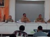Keterangan Foto: Walikota Solo FX Hadi Rudiyatmo beserta jajaran dinas terkait saat menerima komunitas pedagang Sriwedari / Foto : koranjuri,com