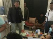 Polisi mengamankan tersangka pemroduksi ganja sintetis di sebuah rumah kontrakan di Denpasar - foto: Istimewa