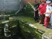 Cagub Wayan Koster diajak kerabat Puri Rum, Puri Agung Bali, melihat kondisi Puri, termasuk ke lokasi pemandian raja yang masih dianggap sakral - foto: Istimewa