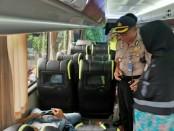 Keterangan foto: salah seorang penumpang yang tewas di dalam bus jurusan Jakarta - Blitar mayatnya tengah di periksa oleh pihak kepolisian dan dokter puskesmas . / Foto : wa group BE / goen