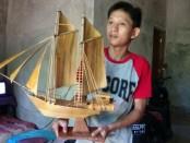 Tri Sugiyono, dengan miniatur kapal Pinisi hasil karyanya - foto: Sujono/Koranjuri.com