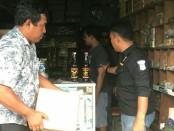Barang Bukti Miras ilegal yang diamankan Polsek Tanjung Duren - foto: Bob/Koranjuri.com