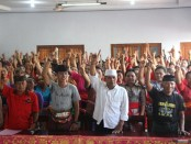 Ratusan Warga Desa Tuwed, Kecamatan Melaya menyatakan sikap satu jalur - foto: Istimewa