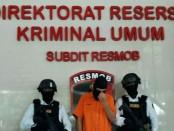 Tim Resmob Ditreskrimum Polda Metro Jaya menangkap TI alias Eza (24) pelaku tindak pidana membawa dan mengusai senjata api dan amunisi - foto: Bob/Koranjuri.com