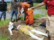 Salah satu adegan dalam rekonstruksi kasus anak bunuh ibu kandung di Desa Bocor, Bulus Pesantren, Kebumen - foto: Sujono/Koranjuri.com