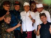 Calon Gubernur Bali nomer urut 1 Wayan Koster bersama keluarga besar Griya Demulih, Bangli - foto: Istimewa