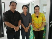 Kepala SMK Dwijendra, Ida Bagus Dwi Oka Putra bersama guru dan staf - foto: Koranjuri.com