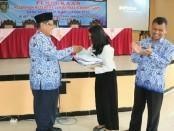 Penyerahan seragam kepada perwakilan peserta oleh Asisten 3 Setda Kabupaten Purworejo, Drs Muh Wuryanto, menandai dimulainya Pelatihan Ketrampilan Berbasis Kompetensi Angkatan Kedua Tahun 2018 - foto: Sujono/Koranjuri.com