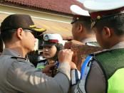Pemasangan pita kepada anggota oleh Kapolres Kebumen, AKBP Arief Bahtiar, menandai dimulainya Operasi Patuh 2018 di wilayah Polres Kebumen - foto: Sujono/Koranjuri.com