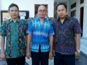 Dari kiri, teknisi UNBK I Made Kariasa, Kepala Sekolah I Wayan Supardi, SSI., MSi., M.Mkom., dan Wakasek Kurikulumi, I Putu Yudi Andika - foto: Koranjuri.com