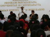 Cagub nomer urut 1 I Wayan Koster saat mengunjungi Yayasan Perpustakaan Bung Karno - foto: Istimewa