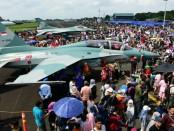 Ribuan orang memadati Lanud Halim Perdanakusuma dalam pesta Rakyat memperingati HUT TNI AU Ke-72, Sabtu-Minggu (7-8/4/2018) - foto: Istimewa