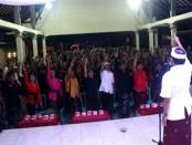 Calon Gubernur I Wayan Koster yang juga Ketua DPD PDIP Bali menyambangi Balai Banjar Selat, Banjarangkan, Klungkung - foto: Istimewa