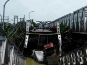 Jembatan kembar yang menghubungkan 2 Kabupaten yakni, sisi barat Kecamatan Widang, Kabupaten Tuban dan Kecamatan Babat, Kabupaten Lamongan, Selasa (17/4/2018) siang ini sekitar pukul 11.05 wib ambrol - foto: Istimewa