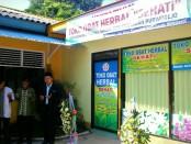 Kepala Sekolah SMK Kesehatan Purworejo, Nuryadin, S.Sos., melakukan doa bersama usai meresmikan Toko Obat Herbal Sehati, Kamis (19/4) - foto: Sujono/Koranjuri.com