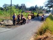 Pekerjaan perbaikan jalan di salah satu ruas jalan di jalur Soko - Bagelen - foto: Sujono/Koranjuri.com