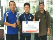Slamet Sarwo Edi, juara 1 LKS Nasional tingkat SMK 2018 untuk matalomba Prototype Modelling, bersama Budiyono, Kepala SMK N 1 Purworejo, dan guru pendamping Sugeng Wiyono - foto: Istimewa