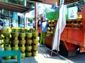 Sebuah agen elpiji 3 kg tengah bongkar muat di sebuah pangkalan di wilayah Purworejo - foto: Sujono/Koranjuri.com