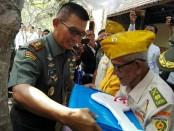 Pangdam IX/Udayana Mayjend TNI Benny Susianto meresmikan rumah veteran di Banjar Tampad, Batubulan, Gianyar, Senin, 28 Mei 2018 - foto: Koranjuri.com