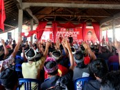 Wayan Koster menggelar simakrama dihadapan ratusan warga Desa Duda, Kecamatan Selat, Karangasem di Banjar Bangbang Biaung, Senin 30 April 2018 - foto: Istimewa
