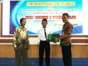 Kepala SMK N 1 Purworejo, Budiyono, S.Pd, M.Pd, bersama Wahyu Sugiantoro, siswa peringkat 1UNBK, dengan didampingi orangtuanya - foto: Sujono/Koranjuri.com