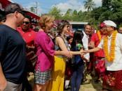 Sejumlah wisatawan asing terpesona kampanye Koster-Ace yang dibalut Parade Budaya di Desa Sudaji, Buleleng - foto: Istimewa