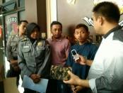 Arif Kurniawan, warga Kebongunung, Loano, pelaku pencurian di rumah tetangganya sendiri, didampingi Kasatreskrim Polres Purworejo, AKP Kholid Mawardi dan Kasubbag Humas AKP Lasiyem - foto: Sujono/Koranjuri.com