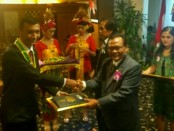 Kepala SMK PGRI 3 Denpasar menyerahkan penghargaan kepada siswa peraih nilai tertinggi UNBK, Sabtu, 5 Mei 2018 - foto: Istimewa