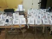 Ratusan barang bukti telepon yang diamankan tim gabungan Ditreskrimsus dan Satgas CTOC Polda Bali - foto: Istimewa