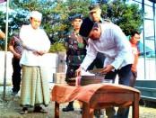Bupati Purworejo, Agus Bastian, saat memotong tumpeng, menandai dimulainya pembangunan Rumah Sakit tipe C - foto: Sujono/Koranjuri.com