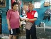 Guru SMP PGRI 2 Denpasar yang mendatangi salah satu rumah siswa untuk mengantarkan surat pengumuman kelulusan UN - foto: Koranjuri.com