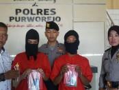 Tersangka kasus sabu-sabu, SYI dan M, kini ditahan di Mapolres Purworejo - foto: Sujono/Koranjuri.com
