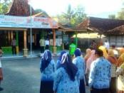 Suasana upacara peringatan Hari Kelahiran Pancasila, Jum'at (1/6), di Desa Soko, Bagelen, dengan inspektur upacara, Ruswandi, Kepala Desa Soko - foto: Sujono/Koranjuri.com