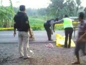 Kondisi mayat Warso, yang ditemukan tewas bersimbah darah di pinggir jalan Daendels, Minggu pagi (24/6) - foto: Istimewa