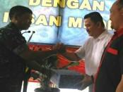Kapendam IX/Udayana, Kolonel Inf Hotman J Hutahaean memberikan cenderamata kepada  perwakilan media online, cetak dan televisi dalam acara Temu Wirasa dengan Insan Media, Selasa, 26 Juni 2018 - foto: Istimewa