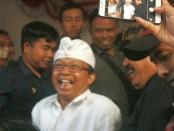 Wayan Koster dan Tjokorda Oka Artha Ardhana Sukawati (Koster-Ace) usai menggelar konferensi pers di kantor DPD PDIP Bali, usai dinyatakan unggul 58 persen versi hitung cepat SMRC, Rabu, 27 Juni 2018 - foto: Koranjuri.com