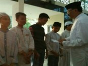 GM BNR Bali Yanus Suprayogi memberikan santunan kepada anak yatim di Masjid Al-Ikhlas, Selasa malam (5/6/2018) - foto: Ari Wulandari/Koranjuri.com