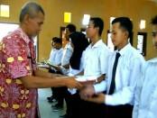 Para peserta dengan nilai tertinggi di masing-masing kejuruan, mendapat kenang-kenangan yang diserahkan oleh Plt Kepala Dinperinaker Kabupaten Purworejo, Dri Sumarno - foto: Sujono/Koranjuri.com