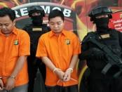 Resmob Ditreskrimum Polda Metro Jaya menangkap 2 tersangka BEP (27) dan H (32) pelaku membuat situs dan mengiklankan situs pornografi yang dibuat di Kamboja - foto: Bob/Koranjuri.com