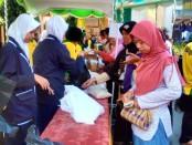 Kegiatan pasar murah dalam rangka Lustrum ke XII SMP Negeri 4 Purworejo, Sabtu (9/6) - foto: Sujono/Koranjuri.com