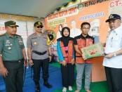 Para petugas Pos Pam Polres Kebumen mendapat bingkisan dari Forkompinda Kebumen - foto: Istimewa