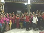 Pasangan calon gubernur Bali nomer urut 1 I Wayan Koster-Tjok Oka Arta Ardana Sukawati (Koster-Ace) bersama ratusan warga Desa Mendoyo Dangin Tukad, Kecamatan Mendoyo, Jembrana - foto: Istimewa